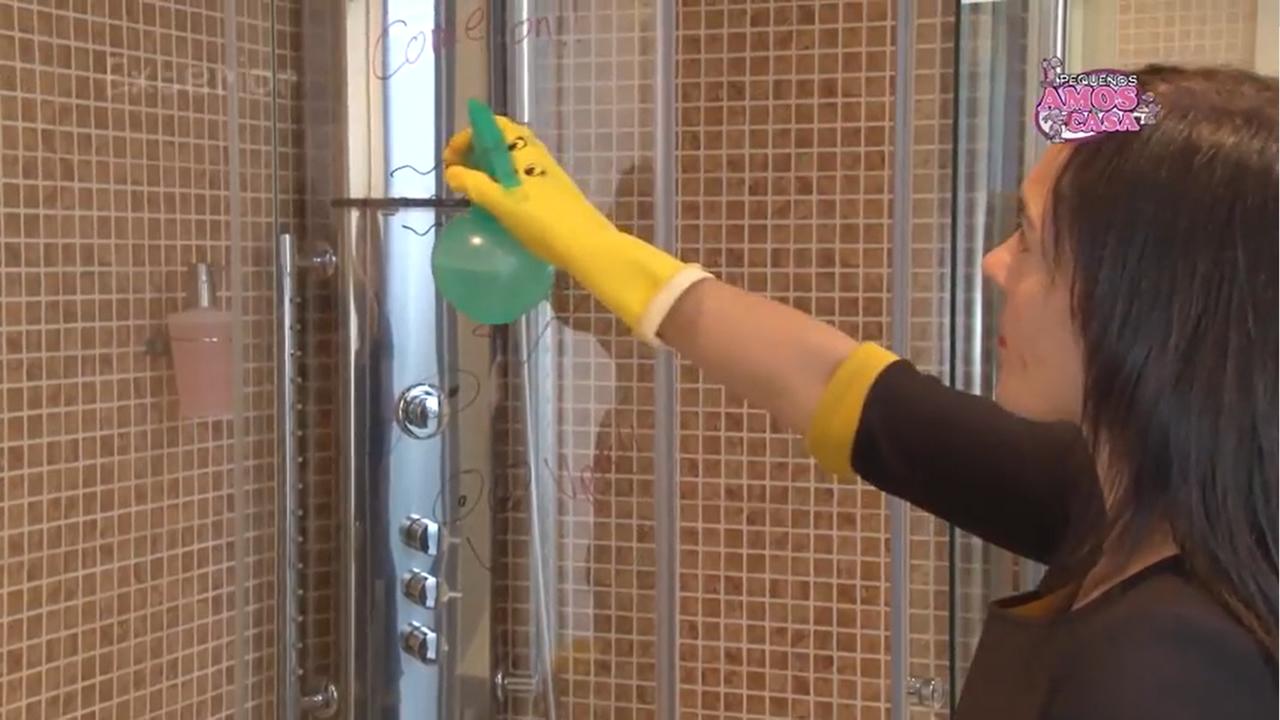 Limpiar mampara de ducha c mo limpiar tutoriales de tareas del hogar para peques y grandes - Como limpiar la mampara de la ducha ...